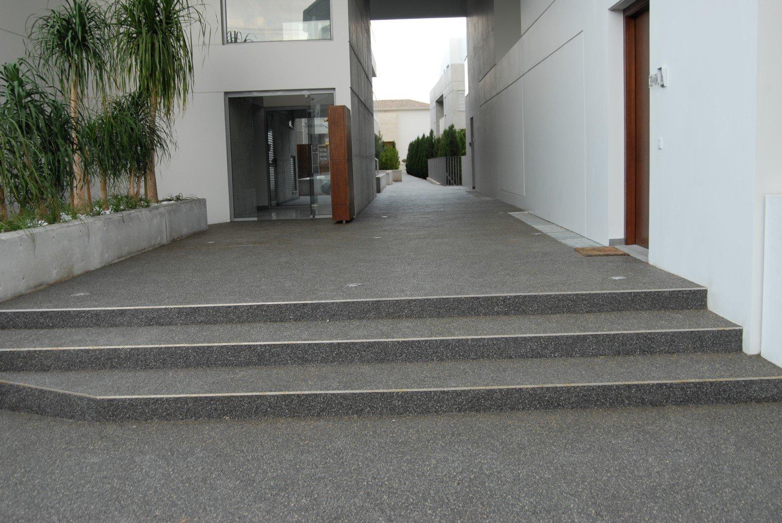 Έργο: Makedonitissis στην Έγκωμη  Αρχιτέκτονας: Epitessera  Ημ. Εκτέλεσης: 16/03/2011  Περιοχή: 420 m2  Χρήση: Outdoor Parking lot decorative floor  Προϊόν: UniPave